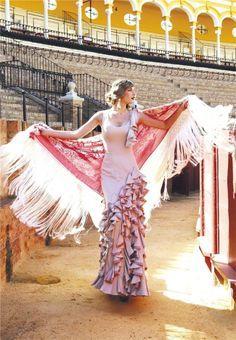 Sibi Montes Parejo con vestido de flamenca de Pepa Garrido #modaflamenca #MujerHoy