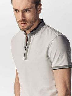 PÓLO COM DETALHE DE RISCA NA CARCELA E NO PUNHO de HOMEM - Polos e T-shirts - Ver tudo da Massimo Dutti de outono inverno 2016 por 29.95. Elegância natural! Polo Shirt Style, Polo Shirt Outfits, Polo Shirt Design, Polo Design, Polo Outfit, Mens Polo T Shirts, Polo Tees, Boys T Shirts, Mens Tees
