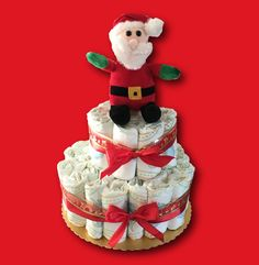 Regali per neonati: una torta di pannolini natalizia!  Le torte di pannolini sono un regalo scenografico, bellissimo, utile e sempre più richiesto. Sotto Natale poi sarà bellissimo regalare una torta di pannolini a tema ad una neomamma e al suo bambino. #fattoamanoconamore #handmade