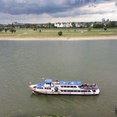 Ausflugsboot auf dem Rhein bei Düsseldorf