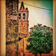 Pasarón de la Vera, la torre de la iglesia en la plaza del cementerio