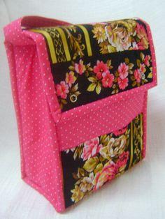 Lunch Bag ou Lancheira térmica feita tecido 100% algodão e forrada com tecido térmico. Fechamento com botão de pressão.    Mede aproximadamente 18cm de largura, 24cm de altura e 10cm de profundidade. R$ 69,00