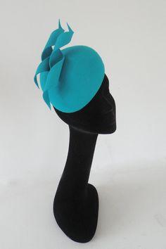 Inspired by the Duchess of Cambridge halo hat halo headband deep blue velvet with strass rhinestone decoration Royal Blue Fascinator, Fascinator Hats, Hair Fascinators, Flapper Headpiece, Pillbox Hat, Wedding Hats For Guests, Halo Headband, Leotard Fashion, Fall Hats