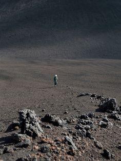 地球ではないどこかの星の、広大な大地にひとり残された宇宙飛行士。これは、写真家ディエゴ・ブランビッラのSF作品「My First Dream」だ。「宇宙の孤独」をリアルに写し出すことで、彼は見る者に何を伝えようとしているのか。