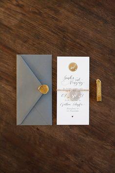 Hochzeitseinladung aus zwei Flachkarten gebunden, mit grauem Briefumschlag und goldenem Siegel. Von Anmut und Sinn