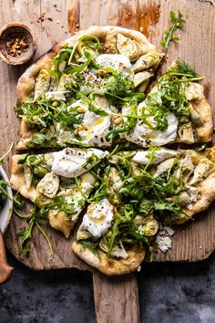Artichoke Pesto and Burrata Pizza with Lemony Arugula.- Artichoke Pesto and Burrata Pizza with Lemony Arugula. overhead photo of Artichoke Pesto and Burrata Pizza with Lemony Arugula with pieces cut - Healthy Food Recipes, Vegan Recipes, Cooking Recipes, Yummy Food, Chickpea Recipes, Arugula Recipes, Burrata Recipe, Italian Recipes, Cooking Ideas