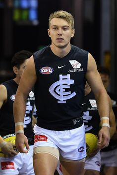 Carlton - Patrick Cripps Photos – Patrick Cripps of the Blues leads his team out onto the field during the - Hot Hockey Players, American Football Players, Australian Football League, Carlton Afl, Carlton Football Club, Girls Football Boots, Football Moms, Rugby Men, Poses For Men
