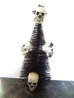 Halloween Skull Tree Centerpiece : Use a mini Christmas tree and skulls to make a spooky Halloween centerpiece. Great decoration for a Halloween party! Halloween Themed Food, Halloween Skull, Diy Halloween Decorations, Halloween Themes, Vintage Halloween, Halloween Crafts For Toddlers, Christmas Activities For Kids, Halloween Kids, Mini Christmas Tree