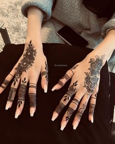 Mehndi henna designs are always searchable by Pakistani women and girls. Women, girls and also kids apply henna on their hands, feet and also on neck to look more gorgeous and traditional. Pretty Henna Designs, Modern Henna Designs, Latest Henna Designs, Finger Henna Designs, Henna Art Designs, Mehndi Designs For Girls, Stylish Mehndi Designs, Dulhan Mehndi Designs, Mehndi Design Photos
