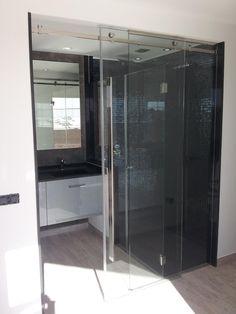 Puerta corredera y vidrio fijo con mampara de ducha integrada. Tenerife