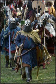Anglo-saxon warrior re-enactors Viking Battle, Viking Armor, Medieval Armor, Viking Age, Medieval Fantasy, Armor Clothing, Viking Clothing, Armadura Medieval, Vikings
