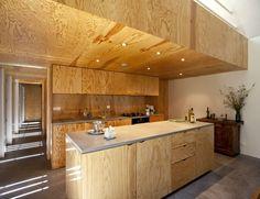 Une maison en bois qui crée des jeux de lumière graphiques