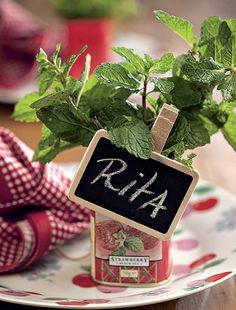 Latinhas de chá com ervas aromáticas dão ótimos marcadores de lugar. Melhor ainda se forem acompanhadas de uma plaquinha charmosa, como essa minilousa