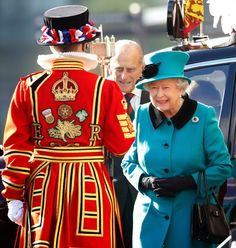 Queen Elizabeth II and Prince Philip, Duke of Edinburgh visit the Blood Swept Lands and Seas of Red evolving art installation at the Tower of London in London, England. Royal Monarchy, British Monarchy, Important People In History, Queen 90th Birthday, Royal Diary, Queen Of England, England Uk, Royal Queen, Isabel Ii
