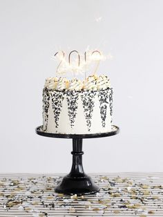 Black and White Cake: Dark chocolate cake layers with vanilla buttercream Classic Black and White Cake Chocolate Cake Recipe Easy, Dark Chocolate Cakes, Delicious Chocolate, Chocolate Torte Cake, Homemade Marshmallow Fluff, New Year's Cake, Bowl Cake, White Cakes, Salty Cake