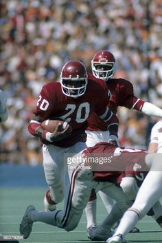Oklahoma Billy Sims in action, rushing vs Texas. Dallas, TX Get premium, high resolution news photos at Getty Images Semi Pro Football, College Football Players, Ou Football, Football Memes, Football Match, Football Season, Nfl Redskins, Oklahoma Sooners Football, Boomer Sooner