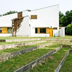 Exterior da Maison Louis Carré  projetada por Alvar Aalto, Em Bazoches-sur-Guyonnes, a 40 km de Paris. 1959.   Fotografia: Samuel Ludwig.