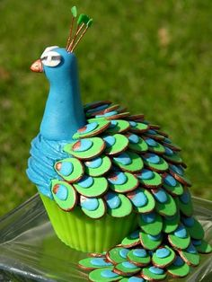 Gorgeous peacock cupcake. Link doesn't work, but sliced pecans and a lot of frosting! Great idea!