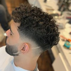 It can be difficult to pull off a curly undercut without some help. One minute your curls are tamed and the next second your hair has ballooned into a Men Haircut Curly Hair, Boys Curly Haircuts, Curly Undercut, Messy Curly Hair, Crop Haircut, Curly Hair Cuts, Fade Haircut, Haircuts For Men, Undercut Hairstyles