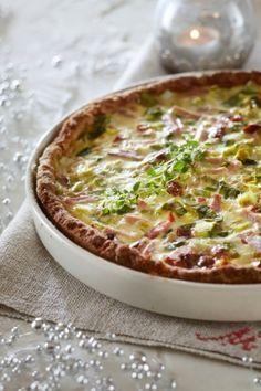 Gluteeniton tomaatti-kinkkupiirakka Gluten Free Baking, Vegan Gluten Free, Gluten Free Recipes, Baking Recipes, Healthy Recipes, Healthy Food, Paleo, Ham Pie, Good Food