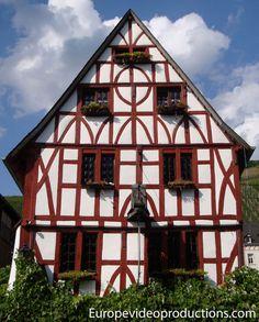 Casa de madera en el pueblo de Merl en el Mosela alemán