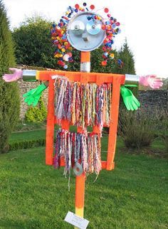 épouvantail recycl'art Recycled Art Projects, Collaborative Art, Horticulture, Scarecrows, Scarecrow Wreath, Garden Totems, Garden Deco, Garden In The Woods, Yard Art