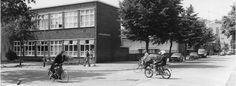 1977 kruispunt Eemnesserweg met Jan van der Heijdenstraat te Hilversum met Joh. Calvijnschool
