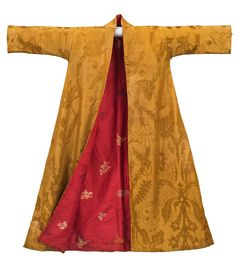 "Gentleman's Chinese silk banyan Gold silk damask with red silk lining. M'sieur le Duc d'Roxton ""Monseigneur"" would shrug this on after his bath. 18th Century Dress, 18th Century Costume, 18th Century Clothing, 18th Century Fashion, Couture Mode, Couture Fashion, Historical Clothing, Historical Costume, Period Outfit"