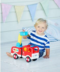 With flashing lights and fun sounds, children will love to push the fire engine to the rescue!