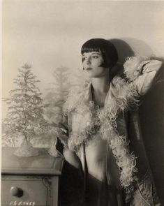 """""""If I Ever Bore You, It'll Be With a Knife"""" - Glorious Pictures of Louise Brooks - Flashbak Louise Brooks, Josephine Baker, Marlene Dietrich, Sales Girl, Lillian Gish, Sound Film, Liza Minnelli, Mary Pickford, Becoming An Actress"""