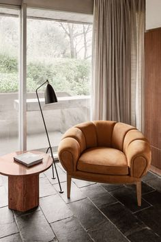 GUBI GRÄSSHOPPA FLOOR LAMPA classic since its release in 1947, the Grässhoppa was designed by Swedish designer Greta Magnusson. The bell-shaped shade is reminiscent of a head, and is connected by a ball-joint to be easily adjustable. The thin tripod legs offer a bit of playfulness – as well as sturdiness – in an otherwise minimalist silhouette.