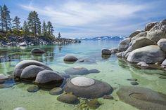 Lago Tahoe, California, Estados Unidos En el límite entre California y Nevada, el Lago Tahoe es un lugar muy apreciado por sus aguas puras y sus colores únicos, que van del azul intenso al esmeralda, y que reflejan la instantánea de las montañas nevadas de su entorno. Su formación se remonta a hace más de 2 millones de años. La zona es conocida como meta del esquí y atrae cada año a muchísimos turistas y apasionados de los deportes de nieve y el alpinismo.
