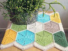 Hexagon Table Runner: FREE crochet pattern