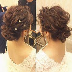 クラシカルなボレロ付きドレスにもウェーブシニヨンは相性ピッタリです 飾りはさりげないパールピンでこなれた雰囲気に #hawaii#hairmake#hairarrange#makeup#weddinghair#hawaiihairmake#weddingphoto#photoshooting#TerraceByTheSea#TheTerraceByTheSea#53ByTheSea#TAKAMIBRIDAL#テラスバイザシー#タカミブライダル#ハワイウェディング#ハワイヘアメイク#ウェディングヘア#ヘアメイク#ヘアスタイル#ヘアセット#ヘアアレンジ#花嫁#プレ花嫁#オシャレ花嫁#ウェディング#美容師#波ウェーブ#パールピン#ボレロ