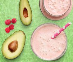 En krämig smoothie med avokado och hallon blir ett perfekt mellanmål.  Kryddig ingefära ger sting och honung sötma till den här ljuvligt rosa smoothien. Servera gärna till en knäckemacka med ägg och avokado.