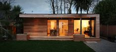 """This is a """"Granny Annex"""" in Kent, England, fabricated by in.studios in eight weeks.studios fashioned the backyard prefab with a well-insulated envelope, Canadian Western Red Cedar cladding, a """"zero maintenance"""" living Cedar Cladding, Cedar Siding, Casas Containers, Living Roofs, Granny Flat, Large Granny, Garden Office, Backyard Office, Garden Buildings"""