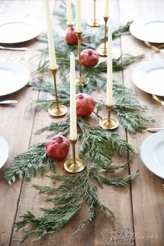 Beautiful and Inspiring Holiday and Christmas Table Setting Ideas Are you hosting Christmas dinner or another holiday event this year? You'll be inspired by these beautiful Christmas and holiday table setting ideas! Christmas Flowers, Noel Christmas, Rustic Christmas, Winter Christmas, Scandinavian Christmas, Natural Christmas Tree, Green Christmas, Christmas Ideas, Christmas Crafts