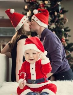 family photo idea for 2013 Christmas, kissing parents and baby photo, creative Christmas family pictures | 2013 Best Christmas Card Photo Ideas - Time To Send Your Christmas Greetings