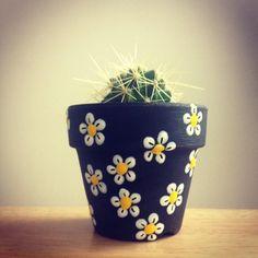 Flower Pot Art, Flower Pot Design, Flower Pot Crafts, Clay Pot Crafts, Diy Crafts, Painted Plant Pots, Painted Flower Pots, Bottle Art, Bottle Crafts