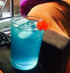 Lago de durazno azul: 1 parte de curazao azul, 1 parte de vodka de durazno, rellenar con sprite o 7up. Decorar con una cereza o algo rojo. -Muy bueno y refrescante-   Blue peach lagoon: 1 part of blue curacao, 1 part of peach vodka, fill with sprite or 7up. Garnish with a cherry or something red. -Quite a refreshing drink-