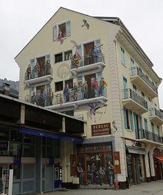"""Trompe l'oeil """"les guides de Chamonix"""" sur le pignon d'un immeuble du centre ville de Chamonix."""