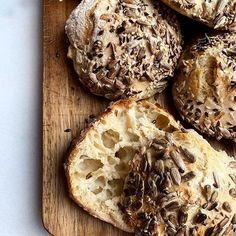 """God morgon! Nybakade frallor till frukost idag - sök på """"fröfrallor"""" på bloggen så hittar du receptet! #fröfrallor #nybakat #frallor #frukost #baka #bröd #dinkel #dinkelmjöl #nattjäst #recept #bakblogg #breadbuns #breakfast #dinkelwheat #baking #ylvasbakverkstad Snack Recipes, Healthy Recipes, Snacks, Good Food, Yummy Food, Fika, Bread Baking, Food For Thought, Nom Nom"""