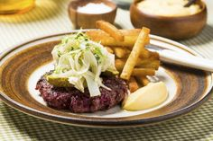 Burger spesial med fennikelsalat Hamburger, Steak, Beef, Dinner, Recipes, Food, Meat, Dining, Food Dinners