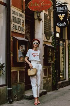 ideas how to wear white outfits shirts Peg Trousers, White Trousers, Tailored Trousers, White Summer Outfits, Spring Outfits, How To Wear Flannels, White Pants Outfit, Paperbag Pants, Layering Outfits