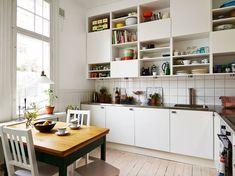 Beautiful white kitchen with lots of storage Via stadhem