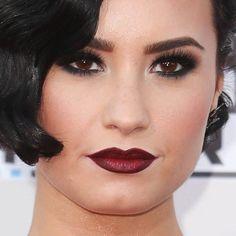 Sugestão de make para sábado a noite!  Demi Lovato apostou numa make dark intensa, com olhos bem marcados de preto e lábios vinho matte.