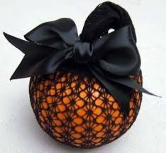 kürbis deko ideen - - Here are over a hundred of the best painted and no carve pumpkin decorating ideas so that you can avoid the goopy sticky mess of pumpkin carving this year. Diy Halloween, Bonbon Halloween, Image Halloween, Holidays Halloween, Halloween Pumpkins, Halloween Decorations, Pumpkin Decorations, Halloween Costumes, Halloween Labels
