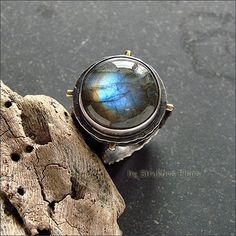 Крупное кольцо с лабрадором.