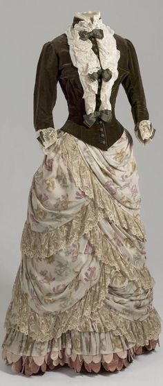 Visiting dress belonging to Empress Maria Fyodorovna. Collection of State Hermitage Museum. 1880s Fashion, Edwardian Fashion, Vintage Fashion, Vintage Gowns, Mode Vintage, Vintage Outfits, Victorian Gown, Victorian Costume, Antique Clothing