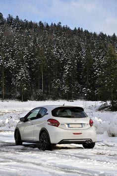 L'hiver a aussi ses petits avantages... Quoi de mieux que de jouer avec une 208 GTi dans la neige ! www.208gti.fr @PeugeotFR Peugeot 208 Gti, Jouer, Belle Photo, Clothing Styles For Men, Stylish Clothes, Cars, Snow, Automobile
